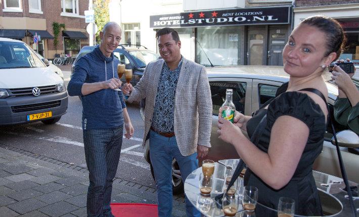 Mocktail van koffie-mango-ijs en ginger ale op straat