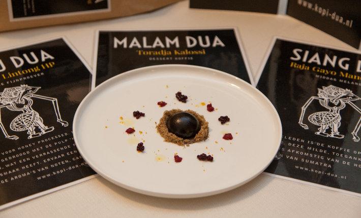 Pure chocolade met vulling van mousse rendang geserveerd met cold brew koffie