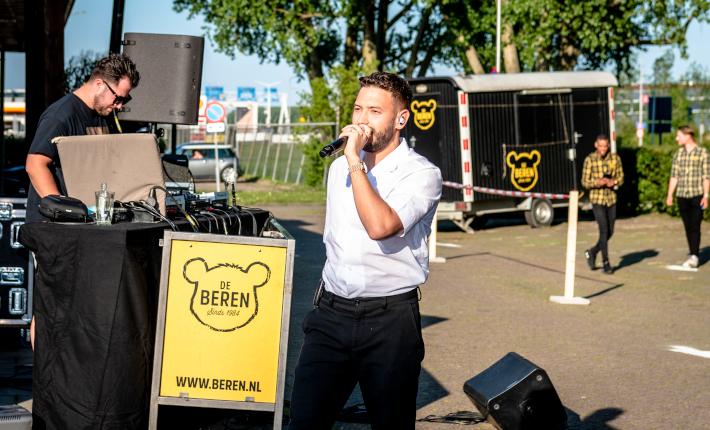 Rolf Sanchez opent De Beren drive-thru 1