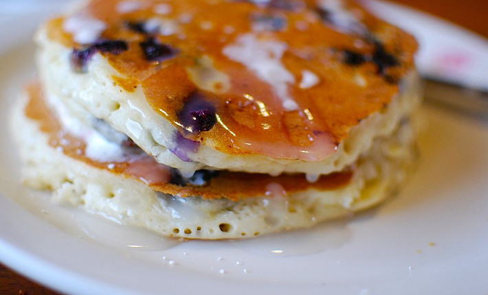 By Janine from Mililani, Hawaii, United States (blueberry pancakes Uploaded by Fæ) [CC BY 2.0 (http://creativecommons.org/licenses/by/2.0)], via Wikimedia Commons